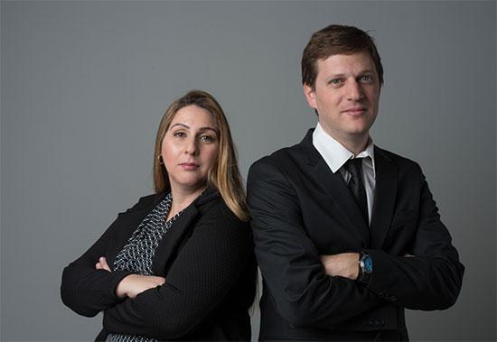 """עו""""ד אייל פייפר ועו""""ד שרית כהן  / צילום: עופר ריבק, סטודיו זוז"""