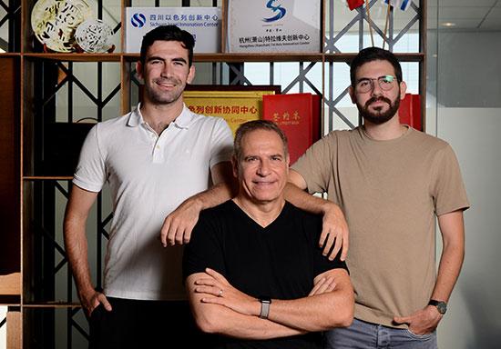 אמיר גל-אור עם הבנים, עמית ורז / צילום: איל יצהר, גלובס