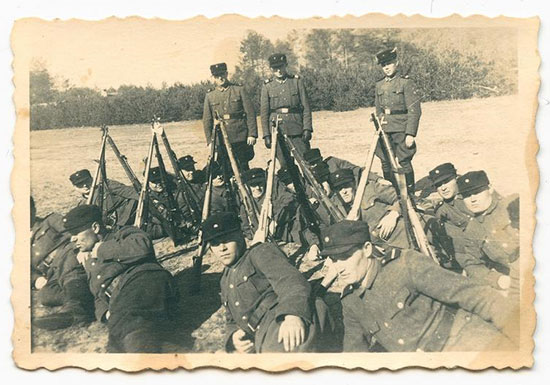 ההערכות הן שהחייל ששוכב במרכז התמונה של שומרי המחנה הוא ג'ון דמיאניוק   / צילום: באדיבות מוזיאון השואה בוושינגטון