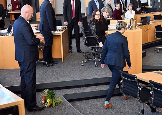 נציגת האופוזיציה בגרמניה זורקת את הזר לרגליו של תומאס קמריך, מנהיג המפלגה המנצחת / צילום: Martin Schutt, Associated Press