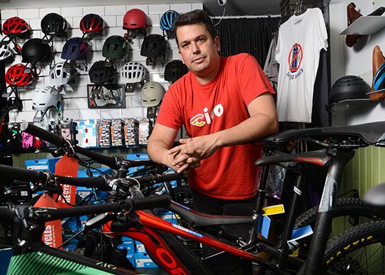יובל דוידוב, הבעלים של חנות האופניים One Bike Studio / צילום: איל יצהר, גלובס