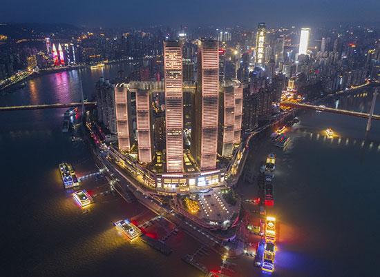 פרויקט Raffles City מואר / צילום: Shao Feng