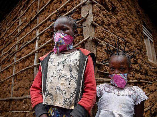 """ילדים בקניה עם תסרוקת """"קורונה"""" / צילום: Brian Inganga, Associated Press"""