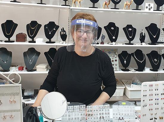 בעלת חנות התכשיטים, טובה ירמין. הפדיון צנח / צילום: גיא ליברמן, גלובס