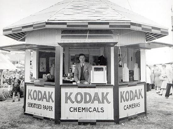 דוכן של קודאק בתחילת המאה ה־20. מכרה מצלמות, סרטי צילום וכימיקלים  / אילוסטרציה: unsplash