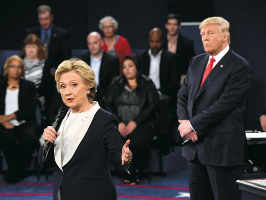 טראמפ וקילנטון בעימות ב־2016. טראמפ ניצח למרות שהפסיד במניין הקולות / צילום: Saul Loeb PA 