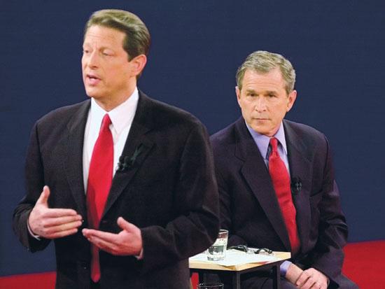 """ג'ורג' בוש הבן ואל גור בעימות בשנת 2000. בוש ניצח למרות שהפסיד במניין הקולות בכלל ארה""""ב / צילום:PA ED REINKE"""