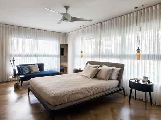 """חדר שינה הורים. השראה ממלונות הבוטיק במילנו. ג""""ת תלוי מעל שידות: לוצ`ה תאורה. צילום: עמית גושר"""
