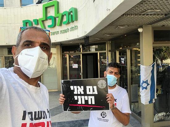 """עצמאים מחזיקים בשלט """"גם אני חיוני"""" במסגרת מחאת הספרים נגד הגבלות הממשלה / צילום: התאחדות התעשייה והמלאכה"""