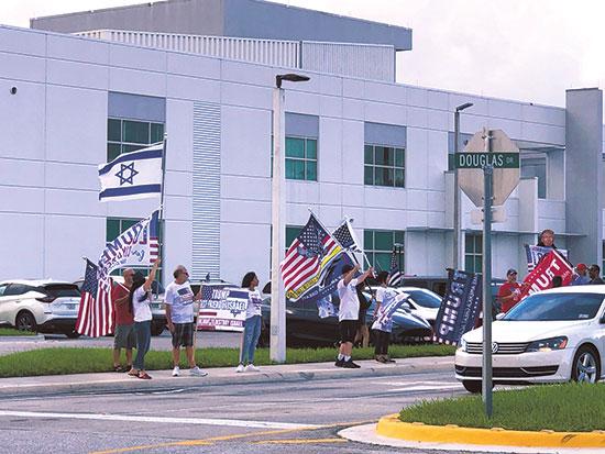 מצביעים רפובליקאים הגיעו להפגין מול העצרת של קמלה האריס  / צילום: Matt Rourke, Associated Press