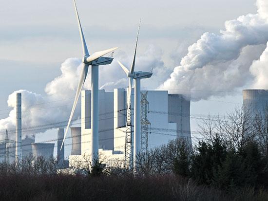 אנרגיה ישנה לצד חדשה בברגהיים, גרמניה / צילום: Martin Meissner, Associated Press