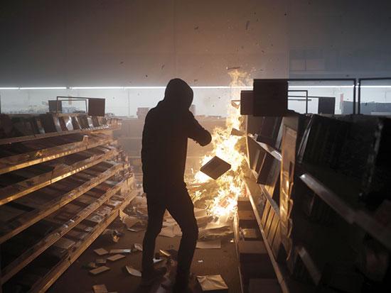 הצתה של סניף אופיס דיפו במינאפוליס ביום שבת / צילום: John Minchillo, Associated Press