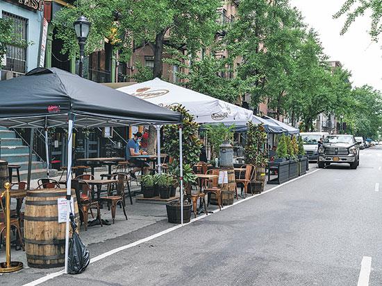 בית קפה בניו יורק התרחב אל תוך חניה כדי לאפשר ריחוק חברתי בין הסועדים וישיבה בחוץ / צילום: רויטרס