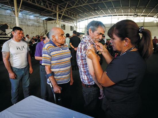 אסירים מקבלים חיסון נגד שפעת בצ'ילה, מרץ / צילום: Luis Hidalgo, Associated Press