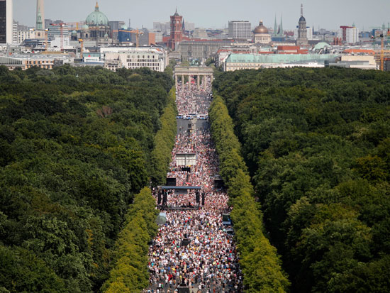 20 אלף מפגינים בברלין, החודש. טוענים כי מגפת הקורונה היא תיאוריית הקונספירציה הגדולה ביותר / צילום: Markus Schreiber, Associated Press