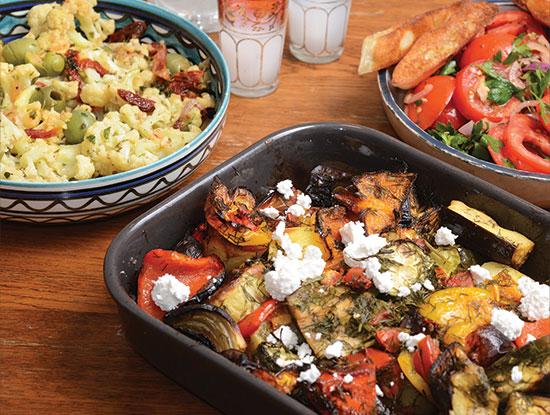 סלט עגבניות ופיתה, בריאם (ירקות אפויים עם גבינת פטה, סוג של גיבץ' יווני) וכרובית עם זיתים  / צילום: shutterstock, שאטרסטוק
