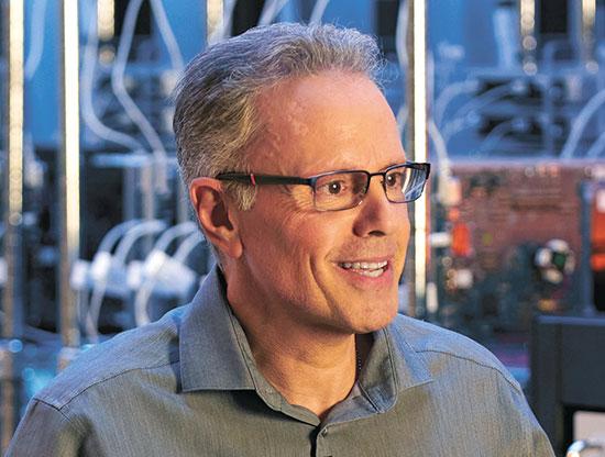 סגן נשיא לטכנולוגיות חומרה, ג'וני סרוג'י  / צילום: apple