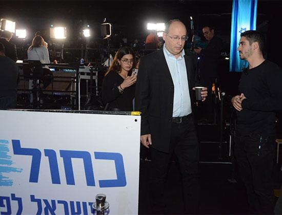 משה (בוגי) יעלון טרם פרסום תוצאות המדגמים במטה מפלגתו, כחול לבן, אמש / צילום: איל יצהר, גלובס