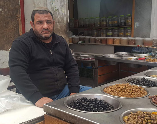 חיים פחימה, בעל דוכן חמוצים בשוק קרית אתא / צילום: גיא נרדי