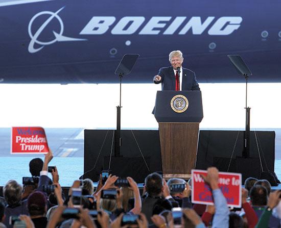 טראמפ מבקר במפעל בואינג בצפון קרולינה, 2017 / צילום: Mic Smith, Associated Press
