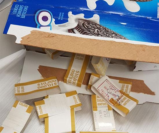 הכסף שהוברח בקופסת עוגיות האוריאו / צילום: דוברות רשות המסים