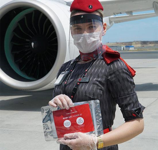 """דיילת של חברת טורקיש איירליינס מציגה את ערכת ההיגיינה שבמטוס / צילום: יח""""צ"""
