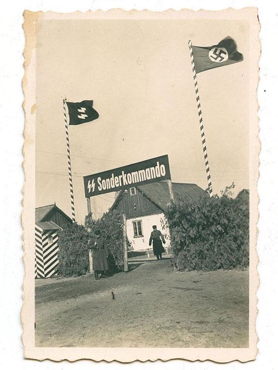 הכניסה למחנה סוביבור. הגדר החיה הגבוהה משני צדי השער שימשה להסוואת מפעל השמדה בתוך המחנה / צילום: באדיבות מוזיאון השואה בוושינגטון