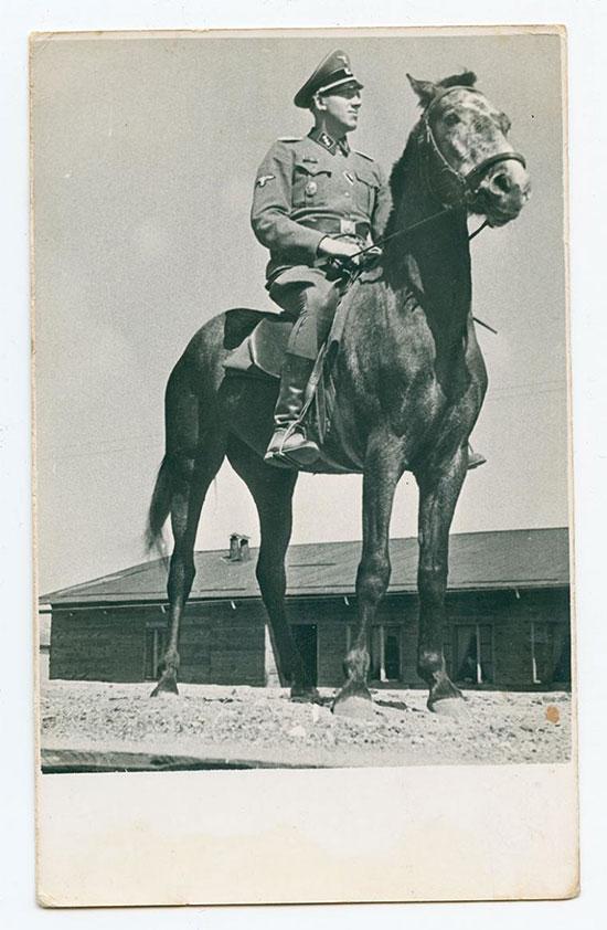 סגן מפקד מחנה ההשמדה, יוהאן ניימן ברחבת הרמפה היכן שהרכבות עצרו . נהרג במהלך המרד בסוביבור על ידי האסירים / צילום: באדיבות מוזיאון השואה בוושינגטון
