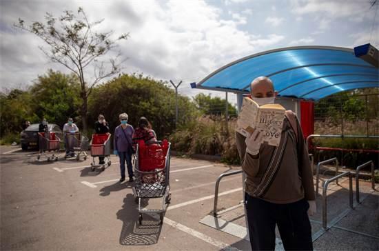 מחכים בתור לסופרמרקט בתל אביב / צילום: Oded Balilty, AP