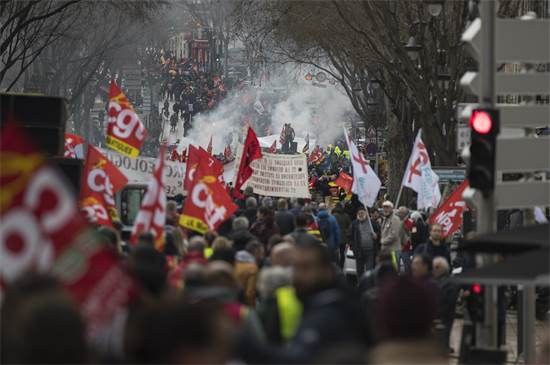 הפגנה נגד קיצוץ פנסיה של עובדים בצרפת / צילום: Daniel Cole, AP