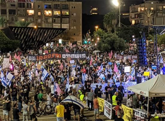 אלפים בכיכר רבין בהפגנה נגד נתניהו / צילום: רון טוביה, גלובס