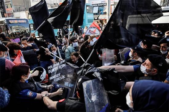 עימותים עם המשטרה במהלך הפגנה באיסטנבול, בטורקיה / צילום: Umit Bektas, רויטרס