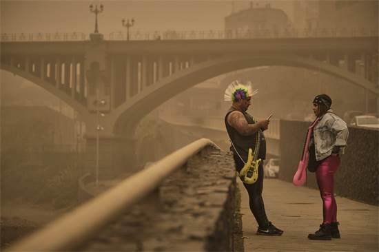 שני אנשים בלבוש קרנבל בסנטה קרוז, ספרד / צילום: אנדרס גייטרז, AP