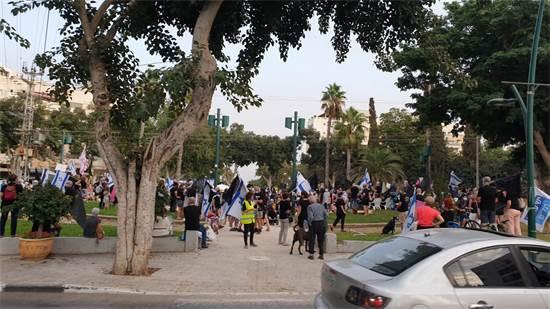 מפגינים בצומת מרכזי ברמת השרון / צילום: תמונה פרטית