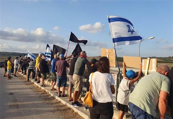 מגפינים במחאת הדגלים השחורים היום / צילום: מחאת הדגלים השחורים