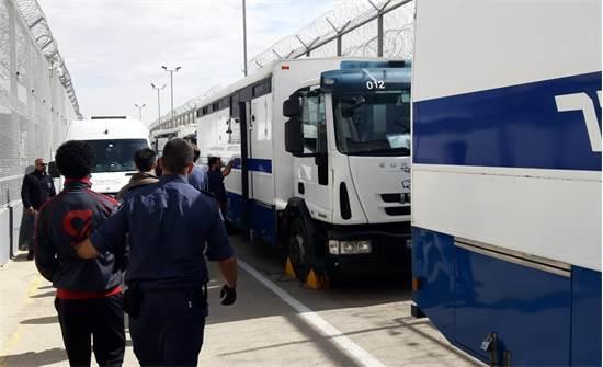 """תחילת פינוי האסירים מבית הסוהר 'סהרונים' / צילום: דוברות שב""""ס"""
