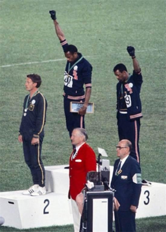 """התמונה ההיסטורית של הצדעת """"הכוח השחור"""" באולימפיאדת מקסיקו 1968  / צילום: ויקיפדיה"""