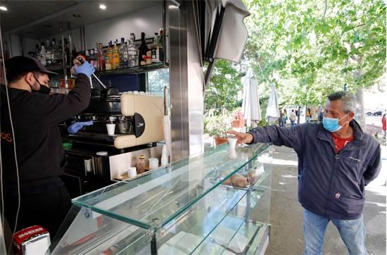 דוכן קפה בנאפולי שנפתח לטייק אווי / צילום: Ciro De Luca, רויטרס
