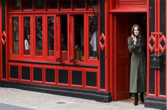 הדוכסית מקיימברידג' קייט יוצאת מפאב אירי מסורתי  / צילום: Peter Morrison, AP