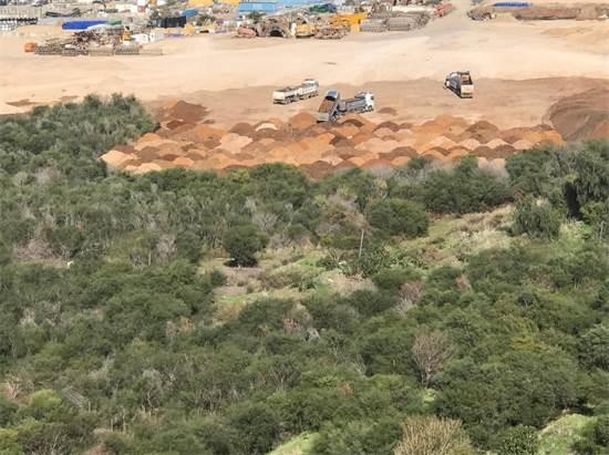 משאיות משליכות עפר במתחם דרום גלילות / צילום: החברה להגנת הטבע