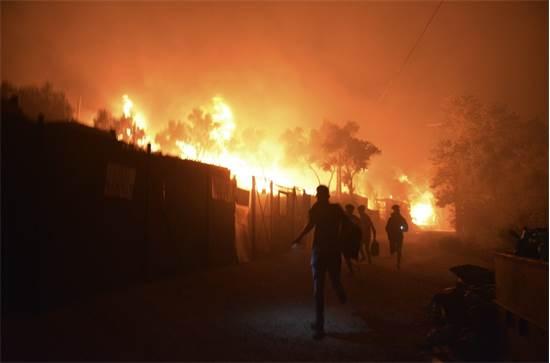 מחנה הפליטים מוריה באי לסבוס עולה באש / צילום: Panagiotis Balaskas, AP