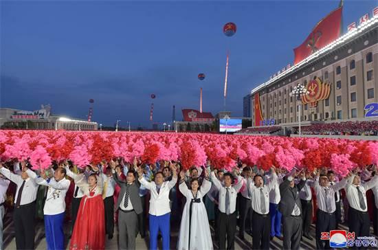 אזרחים בחגיגות 75 שנות קומוניזם בצפון קוריאה / צילום: KCNA, רויטרס