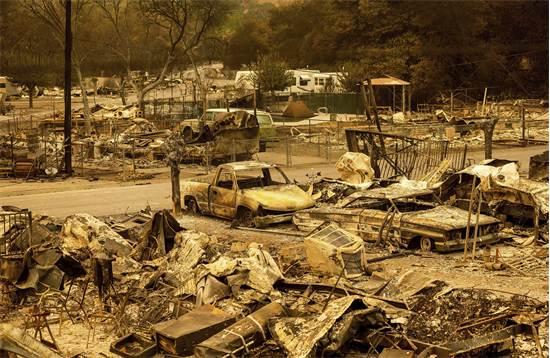 שאריות של כלי רכב ובתים לאחר גל השריפות בקליפורניה / צילום: Noah Berger, AP