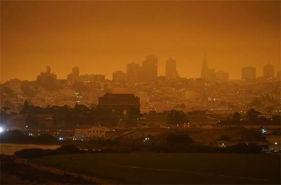 קו הרקיע של סן פרנסיסקו כתום בשל העשן משרפות באזור / צילום: Eric Risberg, AP