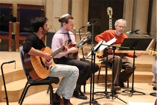 בן (משמאל) עם שני רבנים בבית הכנסת  / צילום: Temple Israel