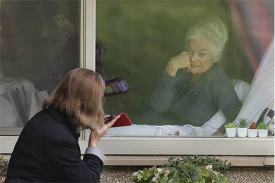 ג'ודי שייפ (מימין), שנושאת את נגיף הקורונה, מחייכת לבתה לורי ספנסר  / צילום: Ted S. Warren, AP