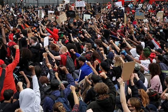 מפגינים כורעים ברך בהפגנה לזכרו של ג'ורג' פלויד מול הפרלמנט הבריטי בלונדון / צילום: Matt Dunham, AP