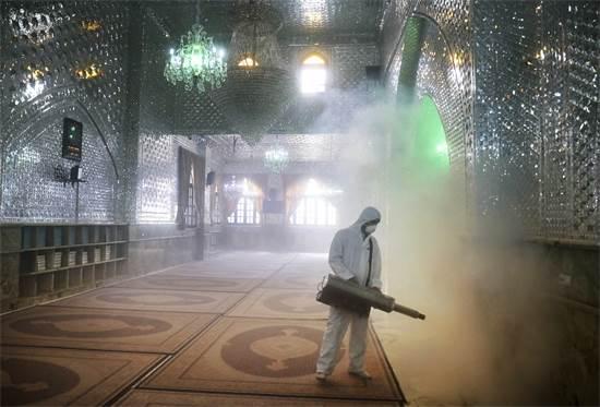 כבאי מחטר בתוך המסגד ב-6 במרץ 2020 / צילום: Ebrahim Noroozi, AP