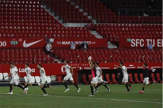 הליגה הספרדית חזרה: שחקני סביליה חוגגים בתום משחק ללא קהל / צילום: AP Photo, AP