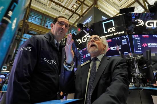 הסוחרים וויליאם אוקיף (מימין) ופיטר טוכמן בבורסה של ניו יורק ביום שלישי / צילום: Richard Drew, Associated Press